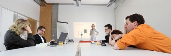 Gelangweilte Zuhörer einer Business-Präsentation