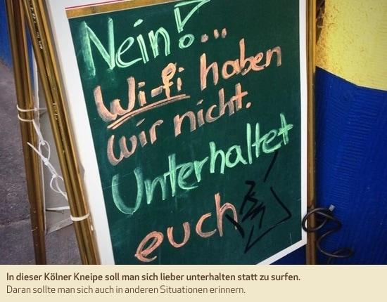 In dieser Kölner Kneipe soll man sich lieber unterhalten statt zu surfen. Daran sollte man sich auch in anderen Situationen erinnern.