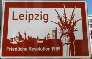 Friedliche-Revolution-Autobahnaufsteller1