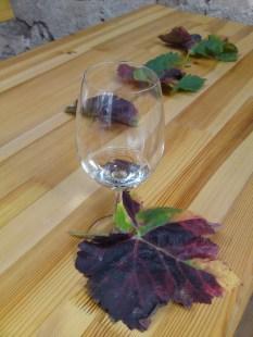 Weinglas und Weinlaub