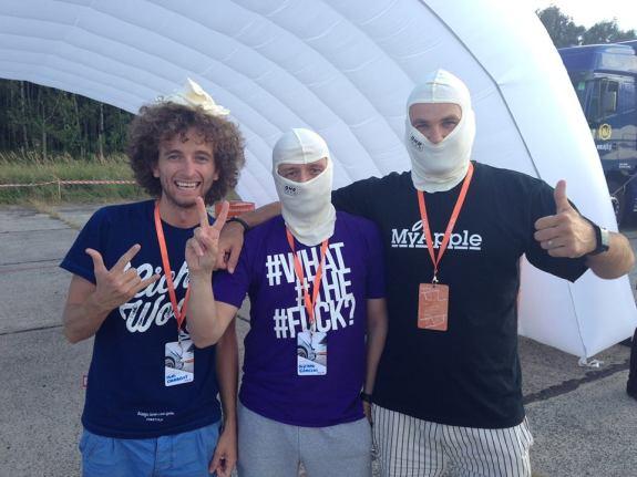 Z lewej Yuri Drabent z Lubie.to, z prawej Tomek Wyka z MyApple.pl, a po środku moja skromna osoba. Na twarzach maski, pełna profeska. Yuriemu się nie zmieściła na głowę.