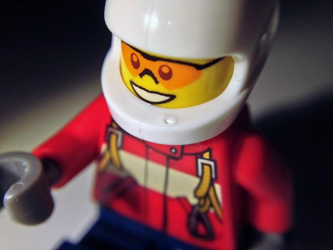 Ludek z lego za pomocą pierwszego obiektywu makro