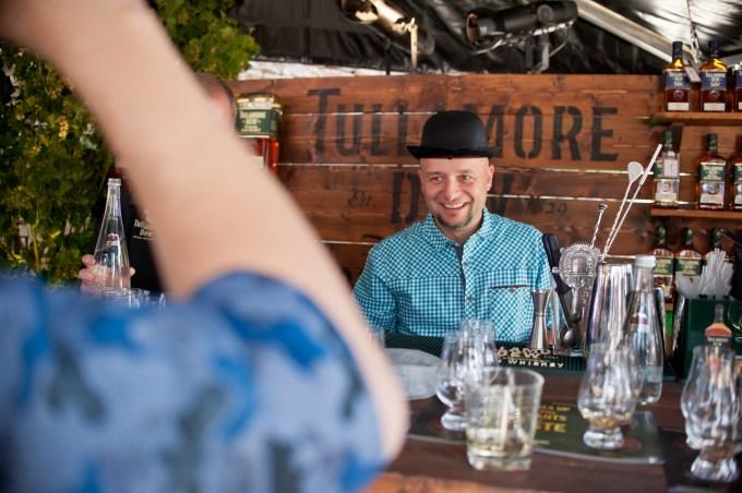 Ja na stoisku irlandzkiej whiskey Tullamore Dew - za chwilę będę lał wode z kapelusza do szklanki