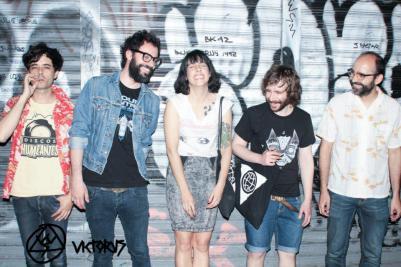 Juanita y los Feos son Juanita (voz), Adolfo (batería), Fa (guitarra) y Ángel (bajo) y Aníbal (teclados).