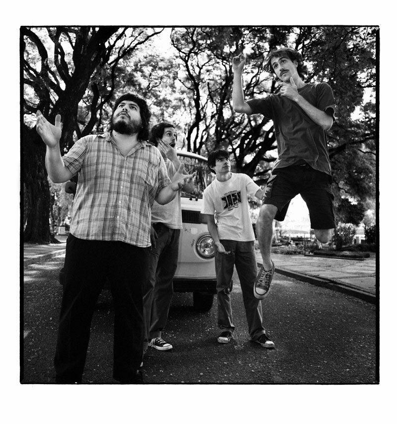 La banda de La Plata está formada por Santiago Motorizado, Doctora Muerte, Pantro Puto, Niño Elefante y Chatrán Chatrán.
