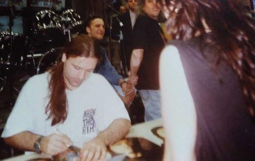 Bruce Dickinson de Iron Maiden firmando discos en Madrid Rock.