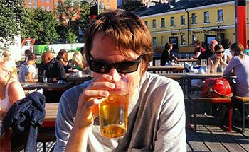 Un finlandés feliz, con su cerveza