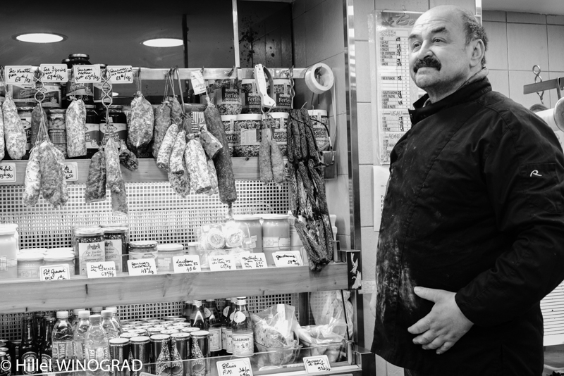 Michel Kalifa, vitrine de saucissons secs, charcuteries fumées et condiments, Michel Kalifa-Maison David, Hillel Winograd ©
