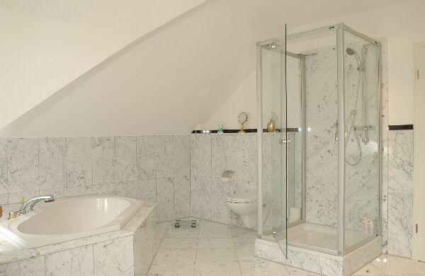 Badezimmer in Naturstein Bianco Carrara Gioa