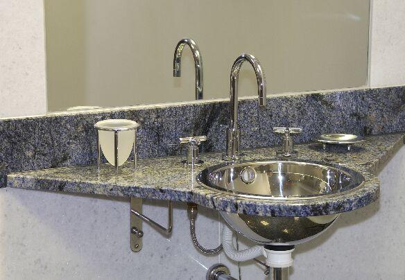 Waschtischanlage in Azul Bahia poliert