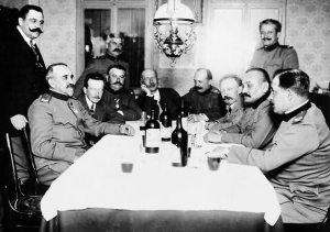 Table de discussions autour de bonnes bouteilles.