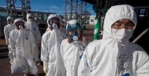 Des  employés de la centrale Dai-Chi,en costume de travail.