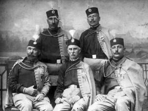 Photo de groupe d'officiers serbes juste avant la Grande Guerre.Dragutin Dimitrijevic se trouve en bas à droite.