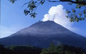 Le majestueux et très cruel mont Merapi ...à nouveau en éruption.