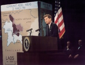 """Lors d'une conférence de nouvelles ,il prendra tout son temps à discuter des problèmes du Laos en Asie du Sud, le président déclare: «La sécurité de toute l'Asie du Sud-Est sera menacée si Laos perd son indépendance et sa neutralité."""" Il ordonne d' envoyer l'aide militaire y compris les forces armées américaines  dans la région."""