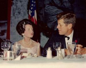 Rose Kennedy et son fils lors de la première cérémonie de remise des prix pour le Joseph P. Kennedy, Jr. Foundation, qui aide les enfants dans le besoin.