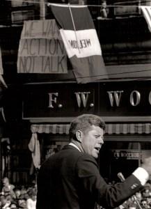 Pariant sur sa popularité, le président Kennedy prononce un discours lors d'une campagne swing de l'automne à travers plusieurs états pour aider les démocrates en 1962 des élections locales.