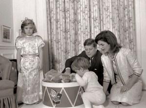 La première famille dont Caroline qui est tout habillé pour son anniversaire.