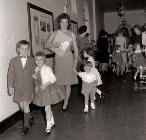 Au milieu de l'énorme tension des affaires internationales, la vie de famille se passe à la Maison Blanche. Ci-dessus: L'arrivée de la famille et des invités pour la 5ème fête d'anniversaire de Caroline Kennedy.