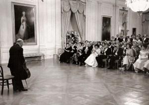 Scène de Camelot - de renommée mondiale le violoncelliste  espagnol Pablo Casals joue à la Maison Blanche.