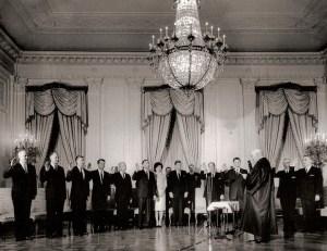 Premier jour d'exercice - La prestation de serment du Cabinet Kennedy, avec la nomination controversée du frère cadet du président Robert comme procureur général américain.