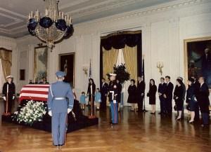 La famille immédiate, y compris Kennedy Jacqueline, Caroline, John Jr., et Robert, voir le cercueil fermé dans la East Room de la Maison Blanche.