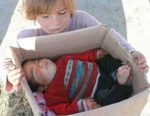 Ce bébé est mort de froid ,en Syrie.Comment peut-on rester impassible.