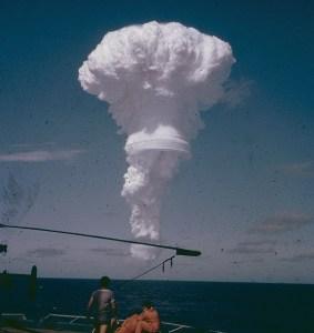 Test nucléaire puissant en 1970.Remarquez  la proximité des gens à l'avant-plan