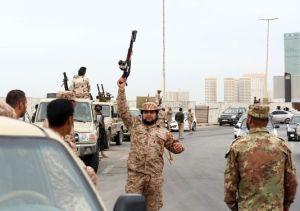 Soldats lybiens rentrant à Tripoli juste après l'ordre donné aux milices de quitter la ville.