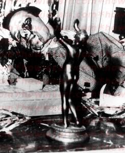 """Le cadavre de """"Bugsy"""" Siegel tel que découvert par les policiers."""