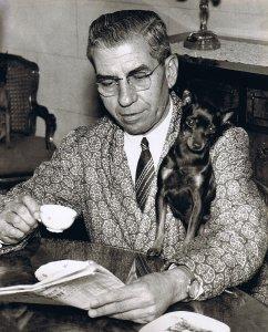 Lucky Luciano  en compagnie de son chien favori.Lucky préférait la compagnie des animaux à celle des humains.