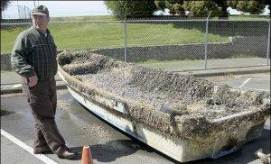 Cette chaloupe atterrit sur la côte de l'Oregon en février 2013.Il reste encore des milliers de tonnes de déchets en  surface,sur l'océan Pacifique.