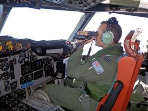 Le pilote d'un AP-3C Orion australien pendant les recherches, le 17 mars. Alors que l'enquête entre dans son 11e jour, les éléments connus avec certitudes sont rares, parfois contradictoires, et suscitent la sidération face à ce qui apparaît comme l'un des plus grands mystères de l'histoire de l'aéronautique moderne. (AFP PHOTO / ROYAL AUSTRALIA AIR FORCE)
