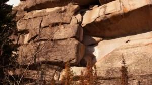 Ceux qui les ont construits auraient eu technologies que nous ne connaissons pas d'aujourd'hui. Il reste difficile de comprendre pourquoi les murs ont été érigés et comment leurs constructeurs ont réussi à soulever les blocs à la hauteur de plus de 1000 mètres. Une autre explication possible est que les pierres auraient formé à la suite de processus géologiques causés par une forte altération des roches Montagne Shoriya. Les géologues cependant, ne vous précipitez pas pour tirer des conclusions, une preuve de plus est nécessaire.