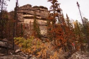 """Pierres mystérieuses sur la montagne Shoriya (région Kemerov, Russie) ont déconcerté les scientifiques et les hommes ordinaires. Le mur de pierres rectangulaires empilés les uns sur les autres est déjà appelé le «Stonehenge de Russie"""". Selon l'une des histoires, ils ont été trouvés retour dans les temps anciens. Bien qu'il a suscité l'intérêt des chercheurs en 1991, il n'a pas été explorée puis en raison du manque de financement. La recherche a été simplement repris à l'automne 2013."""
