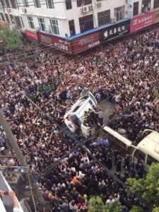 Les émeutes en Chine du sud après  la violence brutale de l'inspecteur de police qui a  tué un homme avec un marteau en plein jour,devant des milliers de témoins. Les gens ont brisé plusieurs voitures de police et ont été attaqués avec des gaz lacrymogènes.