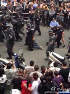 Début de la violence policière sur la jeune vendeuse et assassinat  du témoin qui photographiait.Cette photo  diffusé sur le serveur chinois devrait suffire à incriminer un  policier assassin,...mais on est en Chine.