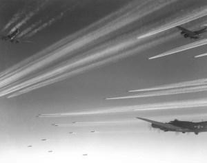 La photo de cette escadrille de B-17 fonçant vers le Japon évoque les milliers de vie que Iva  Toguri (ou Tokyo Rose) aura sauvé par ses messages codés et ironiques à la radio japonaise.