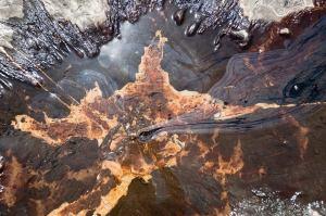 Des photos qui montrent une série de déversements de pétrole souterrains qui s'infiltrent à la surface à une exploitation des sables bitumineux de l'Alberta ont été divulgués par une source gouvernementale.  Le déversement est * imparable *,impossible à arrêter  et déjà 360000 gallons de sables bitumineux, environ la même taille que le déversement des sables bitumineux Mayflower dans l'Arkansas, récemment.  PARTAGER que plus de gens découvrent ce grand déversement en Alberta! Une source gouvernementale est à l'origine de ces  photos.