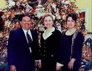 Hillary Clinton ,photographiée à son insu  ,en compagnie du trafiquant de drogues Jorge Cabrera...peu avant le déclenchement de la guerre civile,en Lybie.
