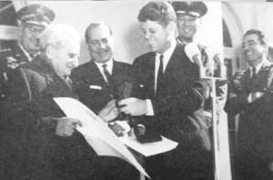 Kennedy entouré de membres de Majestic-12.