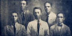 Les dirigeants de la grève des travailleurs  dans les plantations bananières.  De gauche à droite: Pedro M. del Río, Bernardino Guerrero, Raúl Eduardo Mahecha, Nicanor Serrano y Erasmo Coronel. Guerrero y Coronel ont été assassinés par l'armée colombienne.