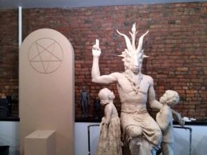 Quand le monument sera terminée, le Baphomet reposera sur le bloc sous le pentagramme. Son tour va servir de siège pour enfants.