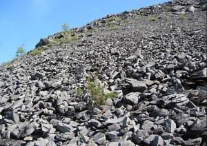 Une masse énorme de roches extraites de l'impact.