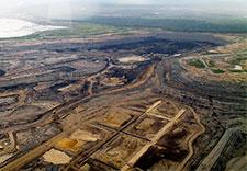L'exploitation des sables bitumineux du Canada a détruit de vastes zones de terres humides sensibles de l'Alberta. exploitants de sables bitumineux ont juré de reconquérir cette terre, mais petite restauration a eu lieu jusqu'à présent et de nombreux scientifiques disent qu'il est pratiquement impossible de reconstruire ces écosystèmes complexes.