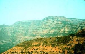 Les basaltes du Deccan ont peut-être joué un rôle dans l'extinction des dinosaures. La plupart du basalte a été éclaté il ya entre 65 et 60 millions d'années. Les gaz dégagés par l'éruption ont peut-être changé le climat mondial et conduit à la disparition des dinosaures il ya 65 millions d'années. Cette photo montre les bâches Deccan entre Mambai et Mahabaleshwar. Photographie par Lazlo Keszthelyi 27 Janvier 1996.