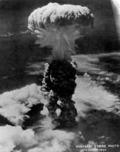 Le champigon atomique de Nagasaki.Dans l'atomisation du Japon,les américains font  figure de juges,assassins et exécuteurs.