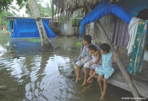 Les îles de l'archipel de Tuvalu s'enfoncent de plus en plus dans l'océan Pacifique.Le réchauffement global va abattre de nombreuses espèces animales,dont l'espèce humaine.