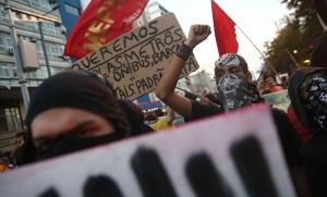 Les manifestants ont finalement été bloquée par la police avant d'atteindre le stade.