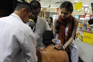 Un touriste est assisté après avoir été blessé lors d'une manifestation contre la Coupe du Monde de la FIFA, à Rio de Janeiro, près du stade Maracana, le 15 Juin 2014.